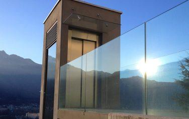 Tettoia e parapetto in vetro